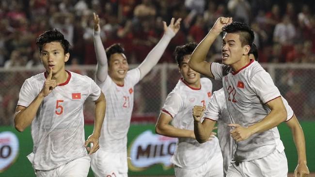 Doan Van Hau (kiri) mencetak gol dengan sundulan memanfaatkan umpan tendangan bebas pada menit ke-39.(AP Photo/Aaron Favila)
