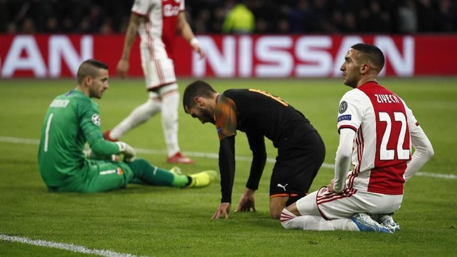 Penyerang Ajax Hakim Ziyech (kanan) bereaksi setelah gagal memanfaatkan peluang. Kemenangan 1-0 Valencia membuat tim asal Spanyol itu lolos ke 16 besar sebagai juara Grup H. (AP Photo/Peter Dejong)