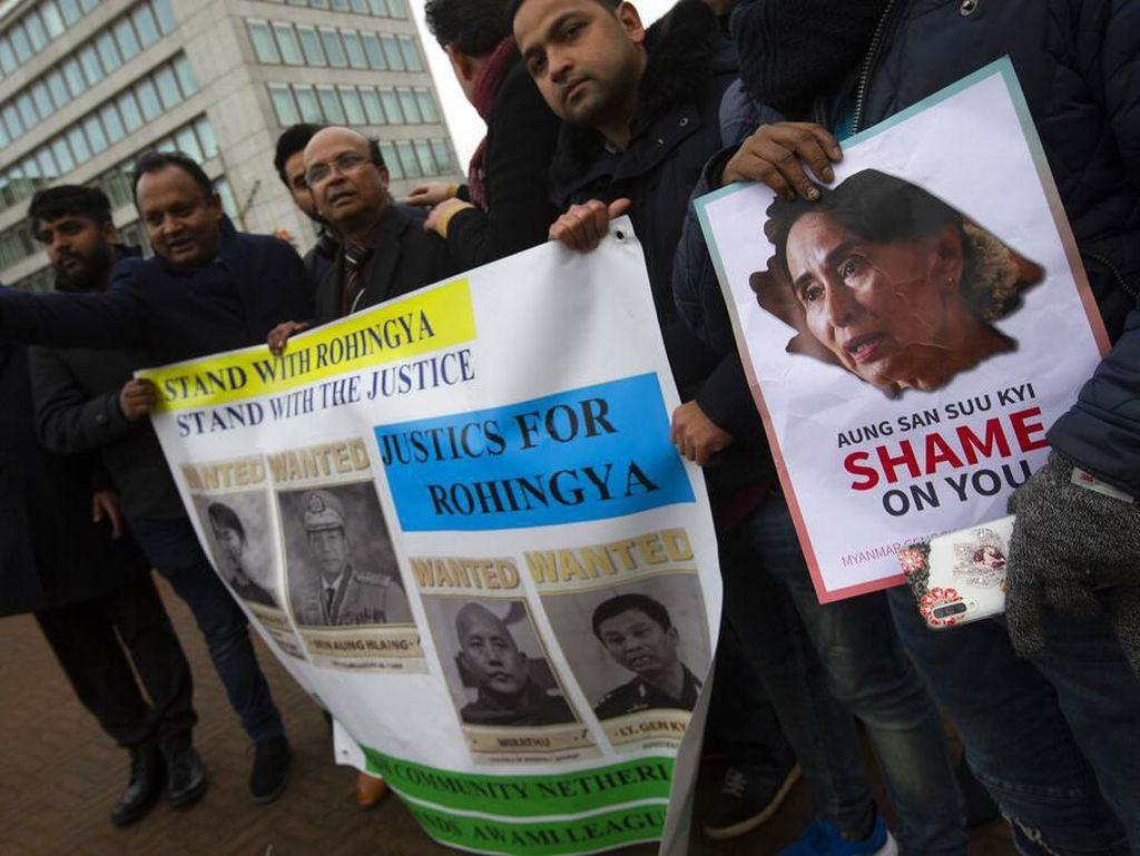 Jalannya sidang perdana terkait dugaan genosida terhadap etnis Rohingya di Negara Bagian Rakhine, Myanmar, itu turut menarik perhatian publik. Sejumlah orang menggelar aksi demonstrasi di area sekitar gedung Pengadilan Internasional, Den Haag, Belanda. Peter Dejong/AP Photo.
