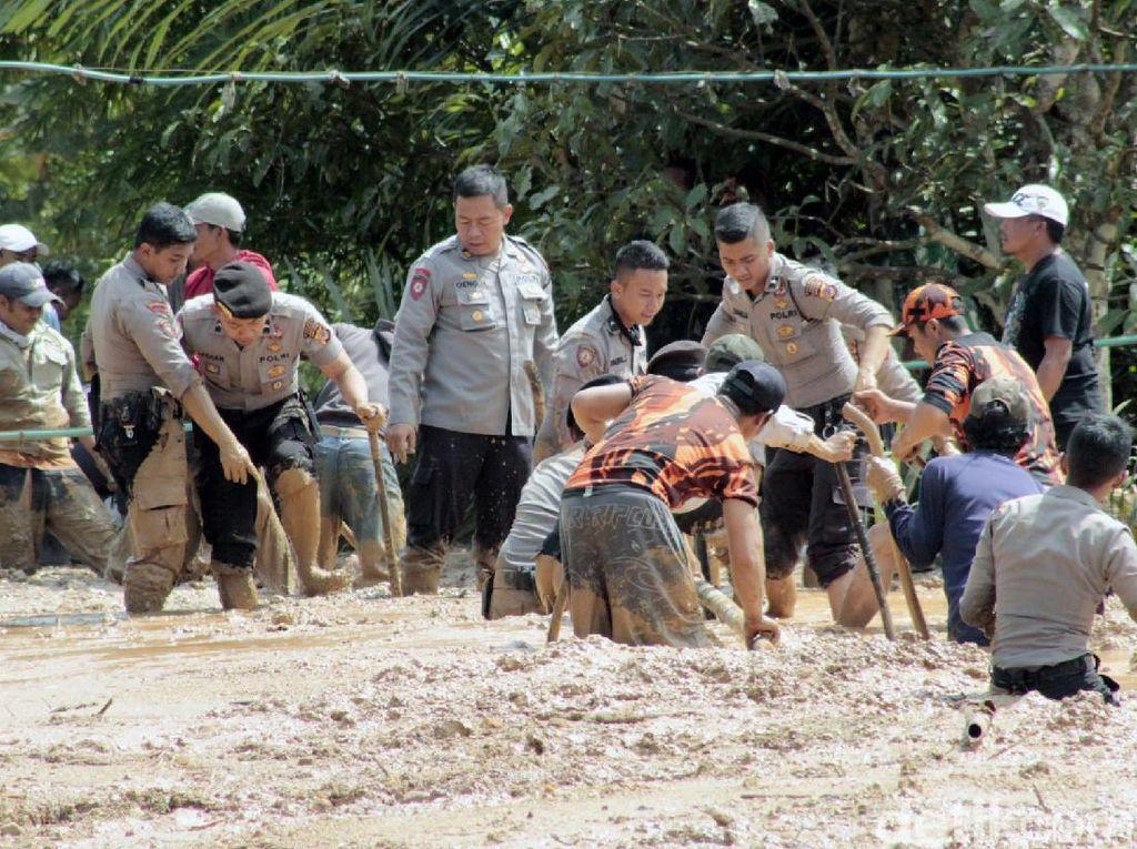 Ratusan TNI-Polri Bersihkan Danau Lumpur di Bandung Barat