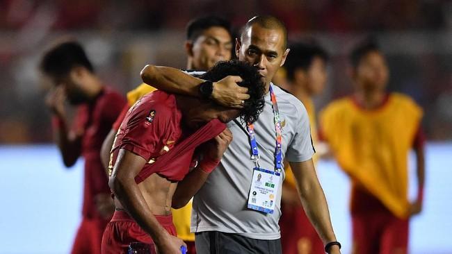Asisten pelatih Timnas Indonesia U-23, Kurniawan Dwi Yulianto, coba menenangkan Osvaldo Haay yang kecewa. (ANTARA FOTO/Sigid Kurniawan/ama)