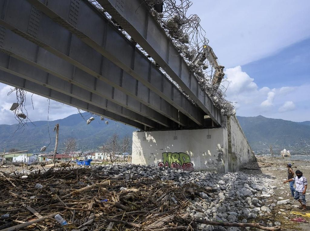 Jembatan yang pernah menjadi ikon Kota Palu dan ambruk saat gempa dan tsunami tahun lalu itu akan direkonstruksi dengan memanfaatkan dana hibah dari Jepang .