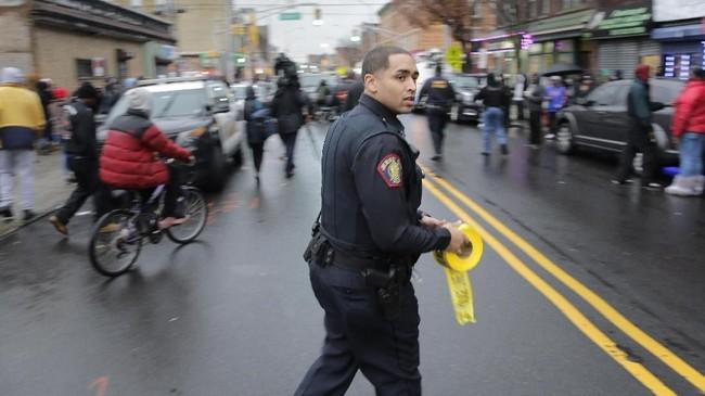 Dua pelaku juga meninggal usai baku tembak selama berjam-jam. Polisi yang gugur adalah Detektif Joseph Seals (40). (AP Photo/Seth Wenig)