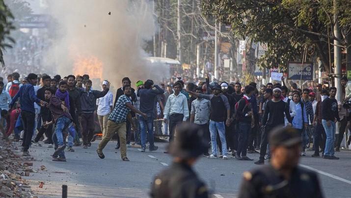 Pemerintah India resmi meloloskan UU Amandemen Warga Negara yang diajukan parlemen, yang dituding anti Muslim India. Hal ini memicu kerusuhan di India.