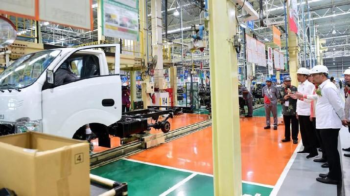 Presiden Joko Widodo tinjau pabrik perakitan Isuzu Traga di Kawasan Industri Suryacipta, Karawang Timur pada Kamis, 12 Desember 2019. (Biro Pers Sekretariat Presiden/Muchlis Jr)