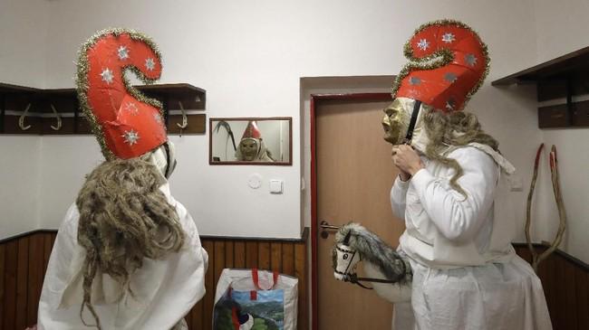 Kegiatan ini adalah tradisi lama pra-Natal yang telah bertahan selama berabad-abad di beberapa desa di wilayah Wallachia. (AP Photo/Petr David Josek)