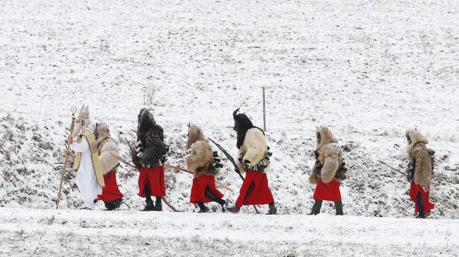 Seluruh kelompok berpawai bersama dari pintu ke pintu untuk akhir pekan. (AP Photo/Petr David Josek)
