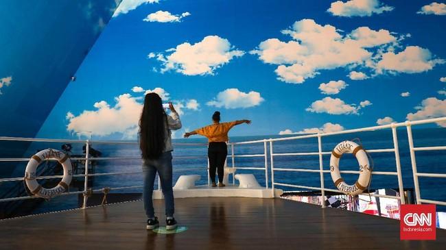 Berfoto ala pemeran film Titanic di atas kapal yang ada di Trans Studio Bali. (CNNIndonesia/Safir Makki)