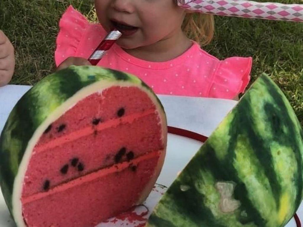 Dipotong menjadi dua layaknya semangka, kue satu ini benar-benar persis semangka segar. Foto: Instagram @sideserfcakes