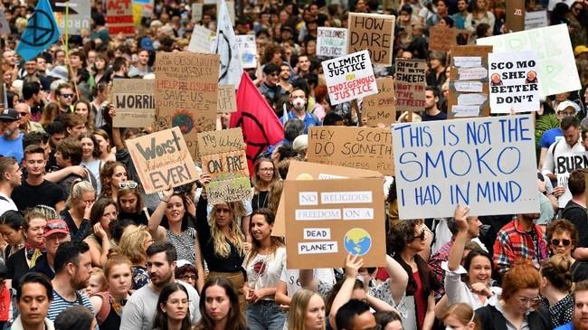 Warga Australia menggelar aksi unjuk rasa di kota Sydney pada Rabu (11/12) untuk memprotes kebakaran hutan dan lahan yang 11 kali lebih buruk dari level berbahaya. (Photo by Saeed KHAN / AFP)