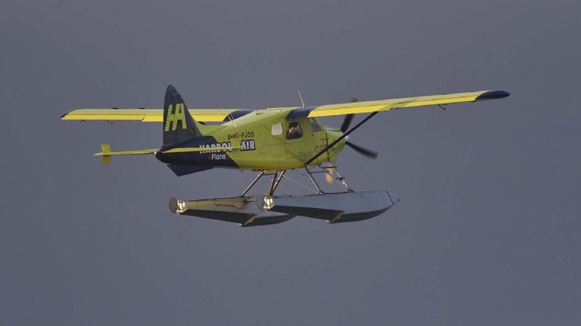 CEO Harbour Air, Greg McDougall ditemani Pilot menerbangkan pesawat komersial listrik dari Sungai Vancouver, Kanada. (Photo by Don MacKinnon / AFP)