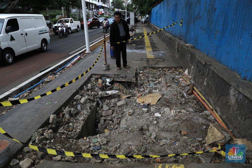 Pemerintah Provinsi DKI Jakarta membongkar trotoar Cikini yang baru direvitalisasi untuk mengubah posisi manhole.
