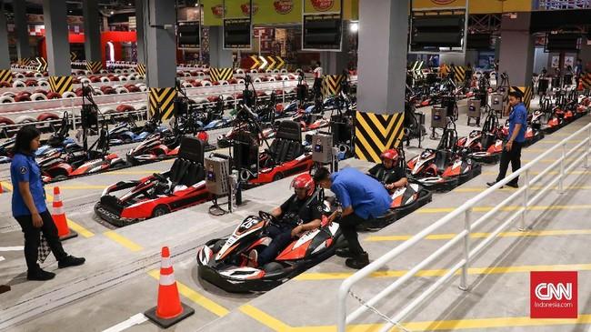 Wahana permainan ini berupa balapan go-kart dalam sirkuit sepanjang 240 meter persegi yang berada di dalam ruangan Trans Studio Bali. (CNNIndonesia/Safir Makki)