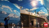Instalasi Kapal Titanic di zona Port of Liverpool di Trans Studio Bali menjadi daya tarik bagi pengunjung yang ingin merasakan lautan lepas di atas kapal. (CNNIndonesia/Safir Makki)