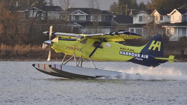 Pesawat listrik mendarat di Sungai Fraser di Richmond, British Columbia, Kanada. (Photo by Don MacKinnon / AFP)