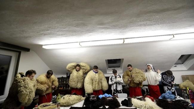 Puluhan orang mengenakan kostum malaikat maut dan setan menemani Santo Nikolas dalam perjalanannya melalui desa Valasska Polanka di sudut timur Republik Ceko. (AP Photo/Petr David Josek)