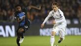 Luka Modric (kanan) menjadi salah satu pencetak gol kemenangan Real Madrid atas Club Brugge di Stadion Jan Breydel. Los Blancos mempermalukan tuan rumah 3-1.(AP Photo/Francisco Seco)