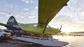 Sekitar 15 menit uji coba pesawat listrik ini disaksikan ratusan warga Kota Vancouver, Kanada. (Don MacKinnon/AFP)