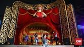 Pertunjukan kabaret di atas panggung yang megah dengan suasana ala sirkus juga digelar di Trans Studio Bali. (CNNIndonesia/Safir Makki)