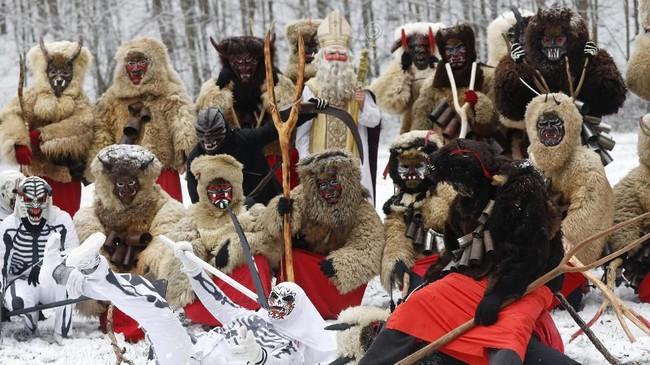 Duku kala, topeng-topeng itu membantu orang-orang di daerah pegunungan mempertahankan diri melawan iblis musim dingin. (AP Photo/Petr David Josek)