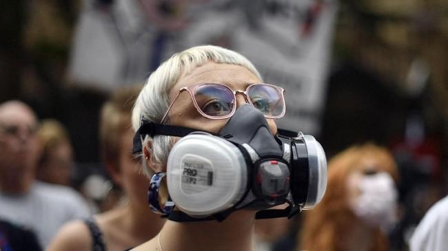 Massa memprotes kabut asap pekat hingga gangguan kesehatan yang ditimbulkan akibat karhutla yang terjadi sejak pertengahan November lalu. (Photo by Saeed KHAN / AFP)