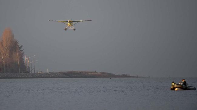 Pesawat komersial listrik pertama di dunia yang dimiliki dan dioperasikan oleh Perusahaan penerbangan Harbor Air terlihat mengudara di atas laut Kanada. (Jonathan Hayward/The Canadian Press via AP)