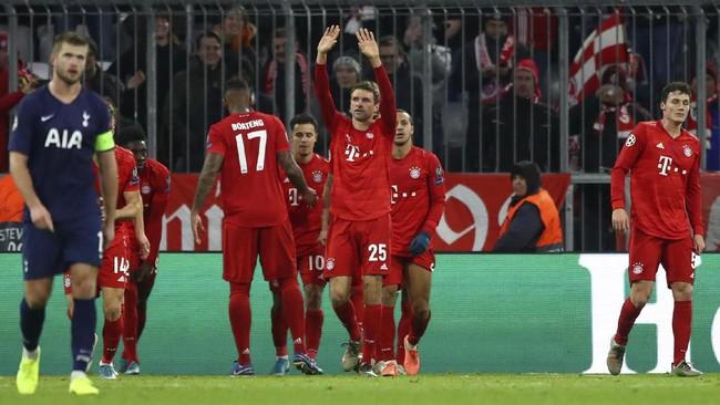 Thomas Mueller merayakan gol ke gawang Tottenham Hotspur. Kemenangan di London membuat Bayern Munchen menjadi satu-satunya klub yang berhasil meraih kemenangan dalam enam laga di fase grup Liga Champions.(AP Photo/Matthias Schrader)
