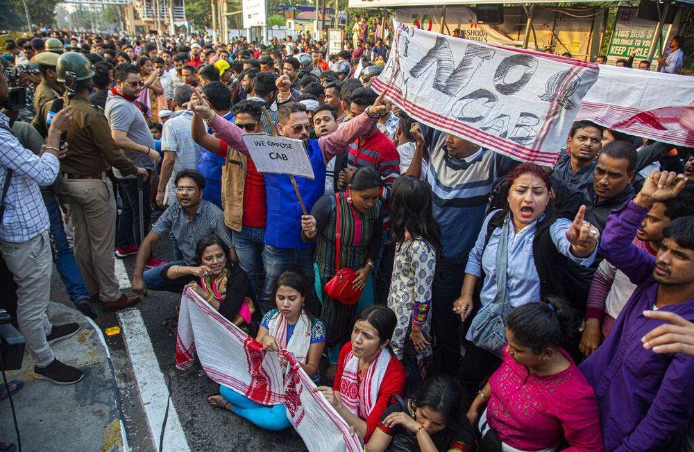 Masyarakat di berbagai wilayah India telah melakukan aksi protes pada Rabu (11/12/2019) waktu setempat. Protes itu dilakukan terhadap RUU Perubahan Kewarganegaraankontroversial yang telah diloloskan oleh parlemen India. (AP Photo/Anupam Nath)