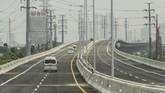 Presiden Jokowi berharap jalan tol layang ini bisa mengurai kemacetan dan waktu tempuh hingga 30 persen. (ANTARA FOTO/ Fakhri Hermansyah)