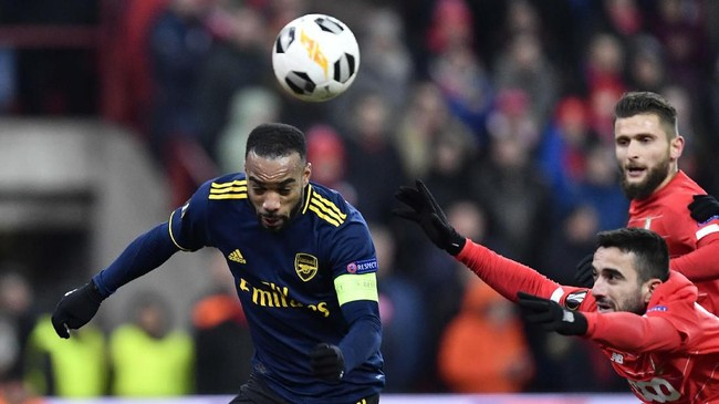 Gol Alexandre Lacazette (kiri) pada menit ke-79 membuat Arsenal berhasil memperkecil kedudukan menjadi 1-2 melawan Standard Liege. (JOHN THYS / AFP)
