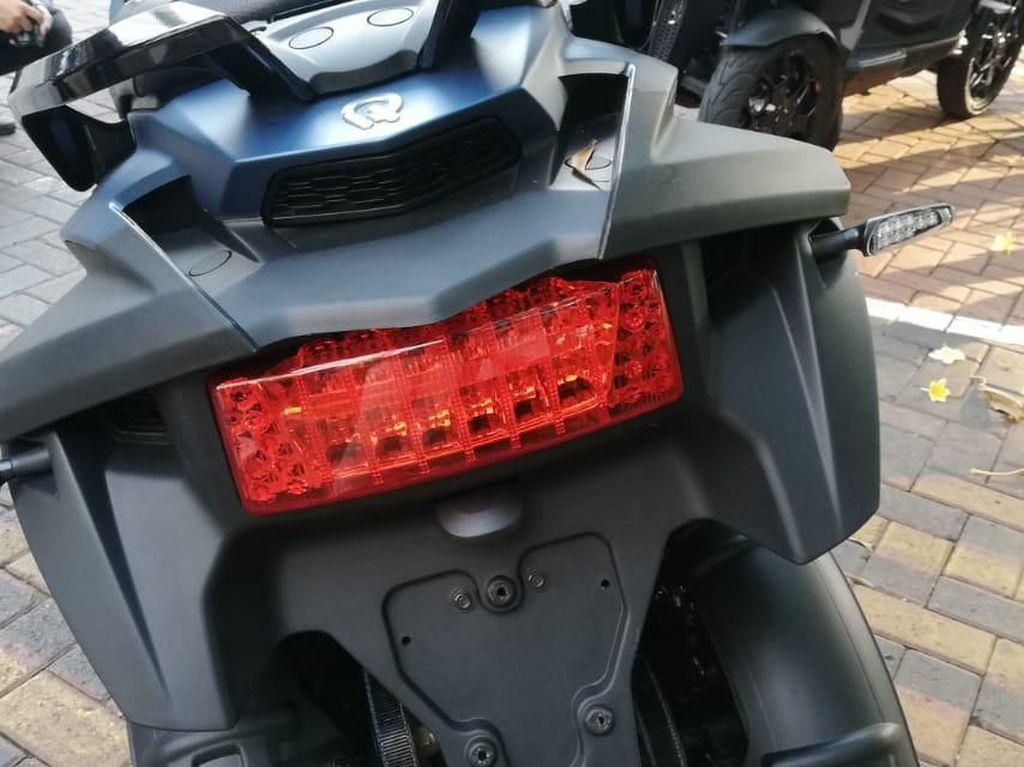 Motor ini dapat dipesan dengan lima pilihan warna Hitam, Merah, Silver, Putih, dan Biru. Untuk harganya dilabeli Rp 357 juta on the road Jakarta. Foto: Rizki Pratama