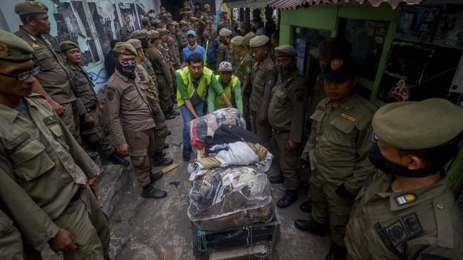 Sementara Satuan Polisi Pamong Praja Kota Bandung mengklaim sebelum penggusuran surat peringatan sudah dilayangkan sehingga pembongkaran bangunan sudah sesuai SOP. (ANTARA FOTO/Raisan Al Farisi)