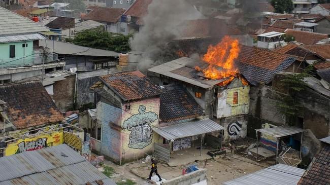 Sempat terjadi kericuhan dalam proses penggusuran karena warga menghadang Satpol PP yang akan menghancurkan rumah-rumah warga.(ANTARA FOTO/Novrian Arbi)