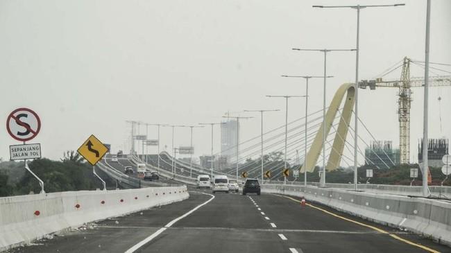 Tol layang Japek II memiliki bataskecepatan 60 Km per jam dan pengawasan petugas Kepolisian setiap 4 Km. (ANTARA FOTO/ Fakhri Hermansyah)