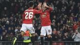 Striker muda Manchester United Mason Greenwood (kiri) mencetak dua gol gol tambahan dan penalti Juan Mata memastikan tuan rumah menang 4-0 atas AZ. (Lindsey Parnaby / AFP)