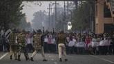 Pemerintah setempat mematikan akses internet menyusul demonstrasi. Seorang wartawan mengonfirmasi koneksi internet yang mulai tak bisa diakses. (AP Photo/Anupam Nath)