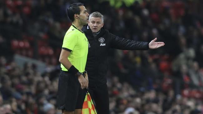 Pelatih Manchester United Ole Gunnar Solskjaer (kanan) melakukan protes ke hakim garis di laga melawan AZ Alkmaar di Stadion Old Trafford. MU gagal mencetak gol di babak pertama. (Lindsey Parnaby / AFP)