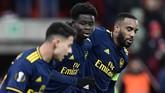 Arsenal kemudian memastikan satu poin setelah Bukayo Saka (tengah) mencetak gol penyeimbang 2-2 pada menit ke-81. (JOHN THYS / AFP)