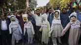 Aksi protes dilaporkan berujung ricuh, beberapa demonstran merusak properti hingga membakar sejumlah kendaraan, Kamis (12/12). (AP Photo/Anupam Nath)