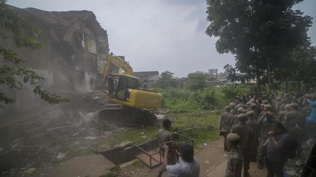 Permukiman di kawasan Tamansari di Bandung, Jawa Barat dihancurkan dengan alat berat, Kamis (12/12).(ANTARA FOTO/Raisan Al Farisi)