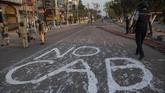 Sehari setelah demo, jalan-jalan di kota Guwahati dilaporkan sepi. Petugas keamanan berjaga di beberapa titik dan lokasi strategis. (AP Photo/Anupam Nath)