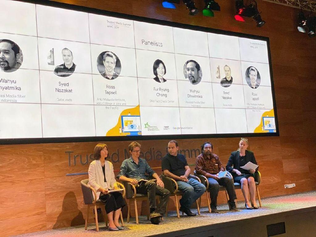 Bertempat kantor Google Singapura, Devie Rahmawati (Vokasi Humas UI), Rizki Ameliah (Siberkreasi) dan Giri Lukmanto (Mafindo) menerima Beasiswa dari Google untuk menghadiri Trusted Media Summit, APAC 2019. Pool/Humas Vokasi UI.