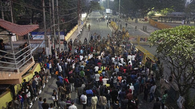 Polisi mengeluarkan tembakan di Guwahati hingga menewaskan dua demonstran, Kamis (12/12). (AP Photo/Anupam Nath)