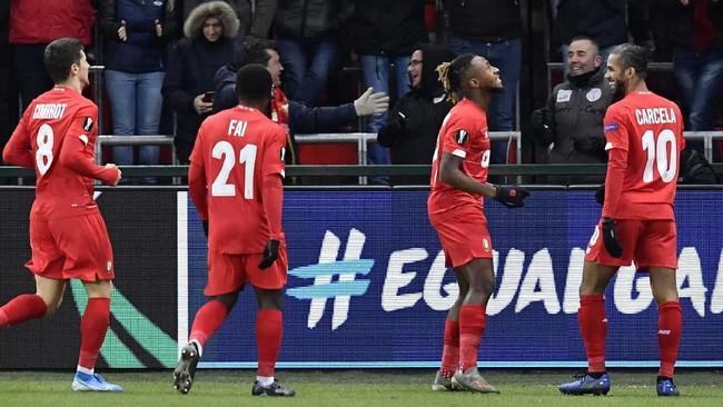 Di Grup F Arsenal dijamu tuan rumah Standard Liege di Stadion Maurice Dufrasne. Arsenal tertinggal dua gol dari tuan rumah Standard Liege lewat gol Samuel Bastien (47') dan Selim Amallah (69'). (JOHN THYS / AFP)