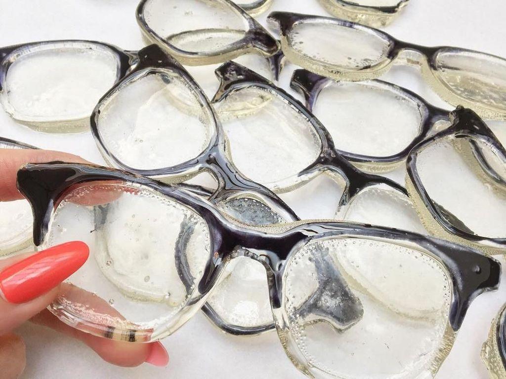 Coba lihat kacamata ini, sekilas tampak seperti kacamata asli, padahal semua kacamata ini terbuat dari permen. Jangan dipakai ya karena pasti lengket. Foto: instagram @maayn.zilberman