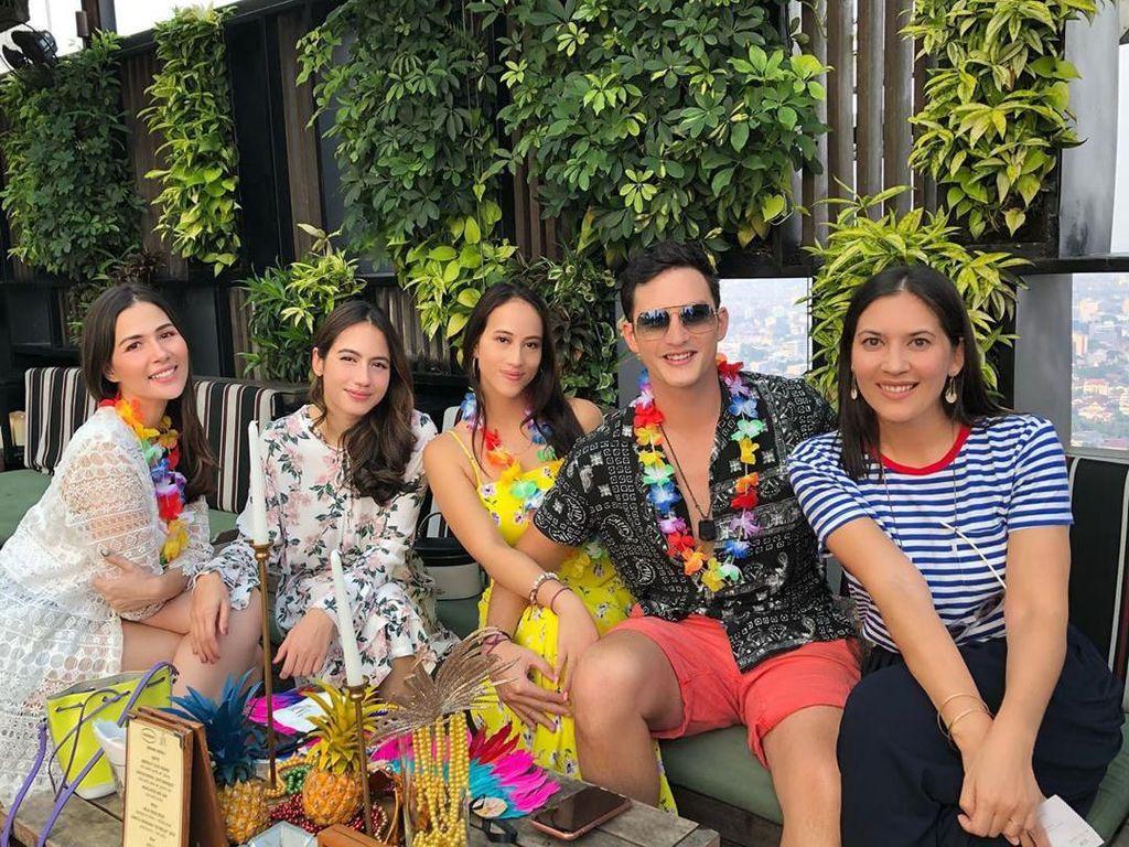 Ditemani Mike Lewis, Pevita Pearce, dan Hannah Al Rashid, Ida hadiri pesta bernuansa tropis. Lihat saja tuh ada nanas-nanas segar di hadapan mereka. Foto: Instagram idarhijnsburger