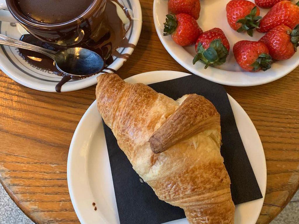 Kala di London, Ida menikmati beragam makanan enak. Ada hot chocolate, croissant, dan banyak strawberry segar di hadapannya. Foto: Instagram idarhijnsburger