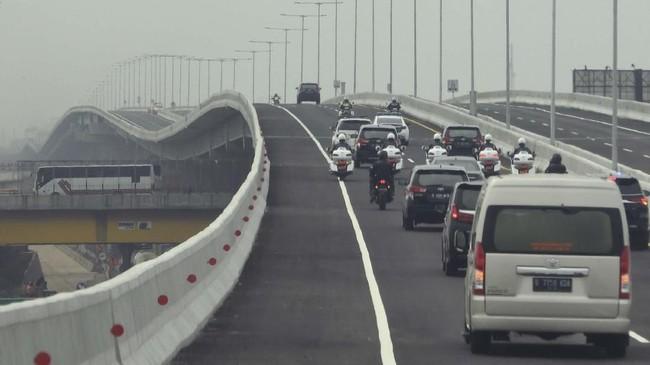 Iring-iringan kendaraan yang membawa Presiden Joko Widodo melintasi Jalan Tol Layang Jakarta-Cikampek usai diresmikan di Bekasi, Jawa Barat, Kamis (12/12/2019). (ANTARA FOTO/Akbar Nugroho Gumay)