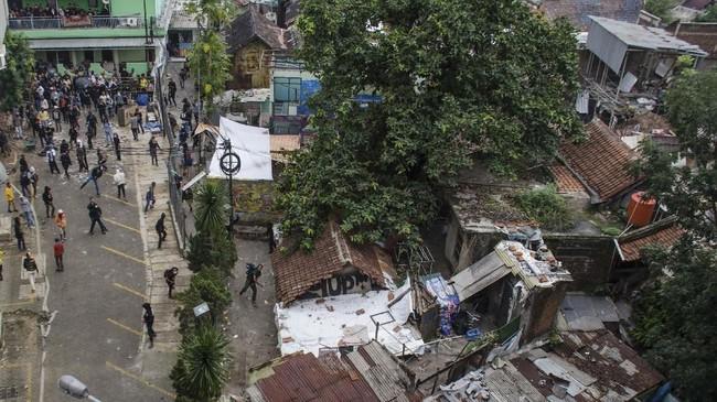 Warga solidaritas Tamansari melakukan perlawanan ketika bentrok dengan petugas saat pengosongan lahan dan pengamanan lahan RW 11 Tamansari, Bandung, Jawa Barat. (ANTARA FOTO/Novrian Arbi)
