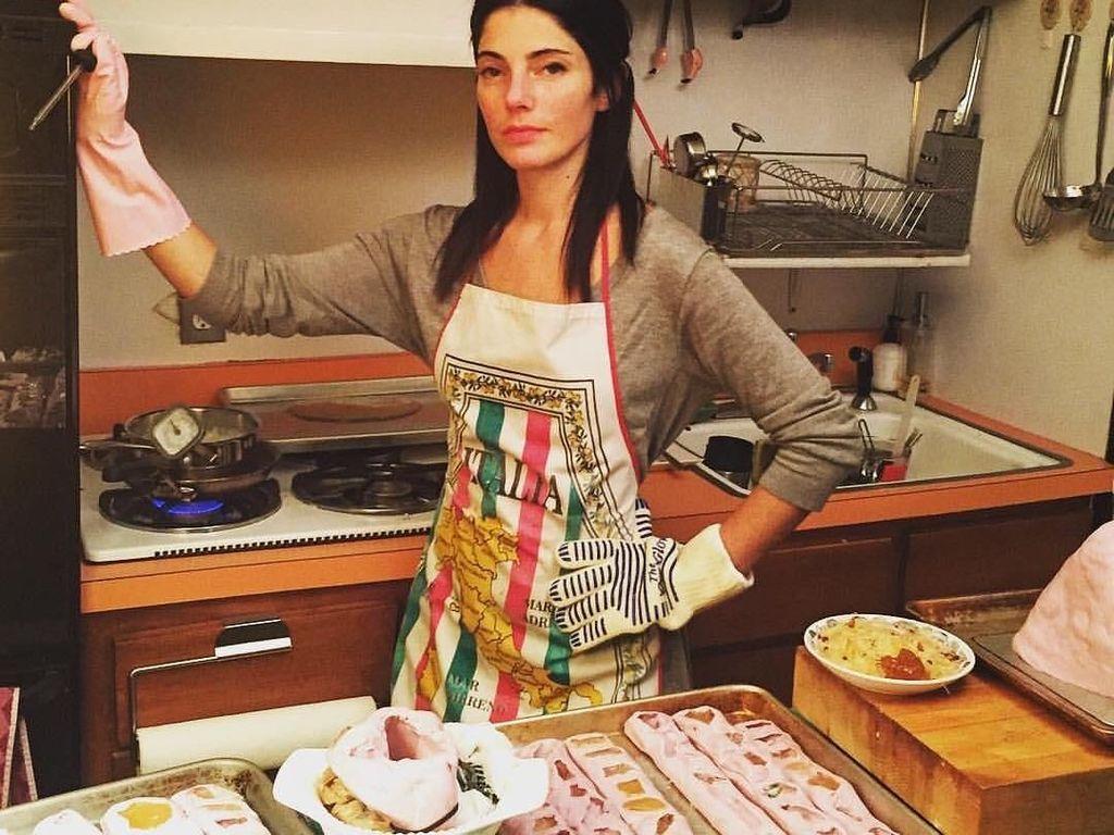 Maayan Zilberman adalah seniman yang menjadikan dapurnya sebagai ruang kerja. Wanita cantik ini kerap membuat karya seni dengan memanfaatkan permen dan gula karamel. Foto: instagram @maayn.zilberman